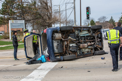 Wheeling MVA roll over with no injuries on Lake Cook Road at Weiland Road Larry Shapiro photographer shapirophotography.net #larryshapiro 4-19-17